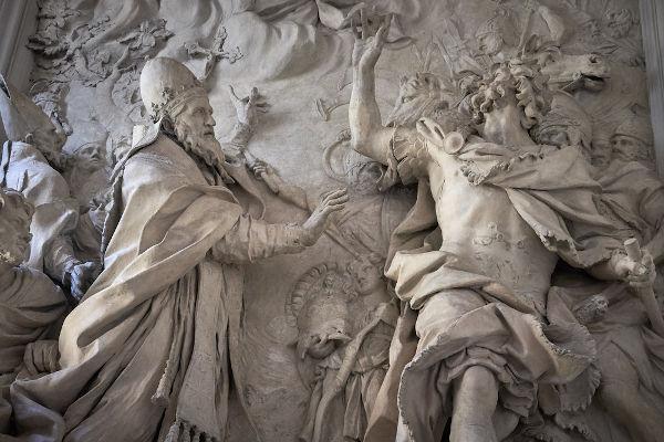 Escultura que retrata Átila sendo impedido de saquear Roma. Átila e os hunos eram registrados de maneira etnocêntrica pelos romanos.[1]