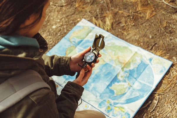 Entre as funções da cartografia, está o auxílio na orientação espacial.