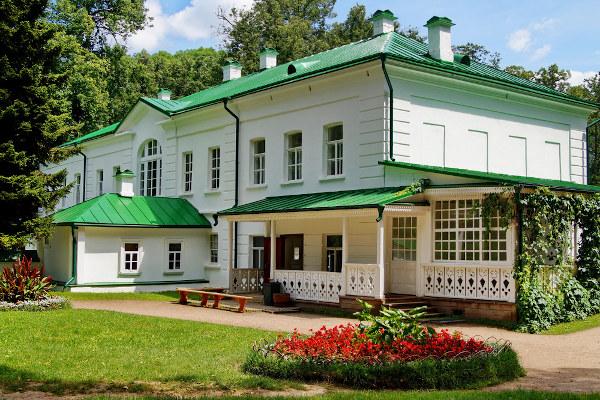 Casa em que Tolstói viveu, em Iásnaia Poliana, Rússia. [1]