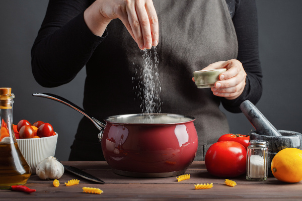 Cloreto de sódio é um sal muito utilizado na culinária para temperar e realçar o sabor dos alimentos.