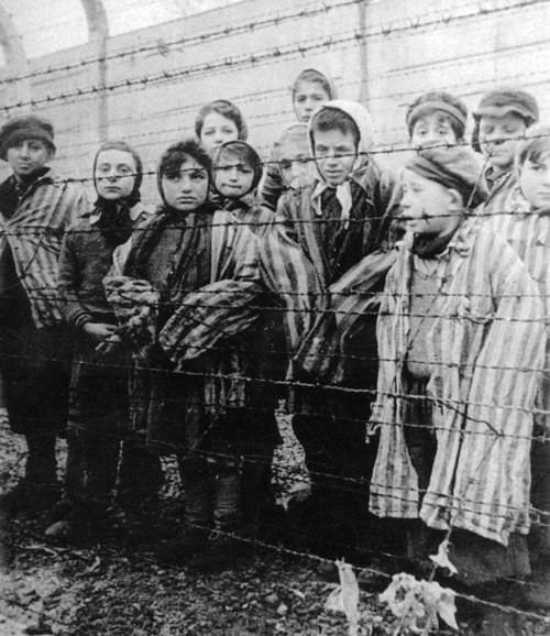 Crianças judias em um campo de concentração, onde eram separadas dos pais.