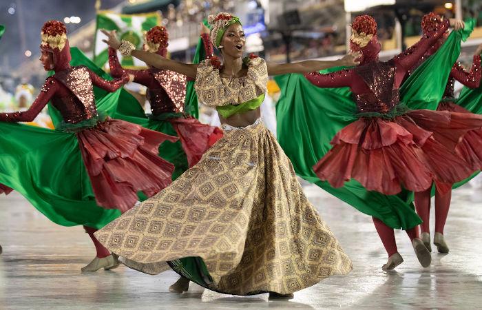 O surgimento das escolas na década de 1920 contribuiu para a popularização do samba.[1]