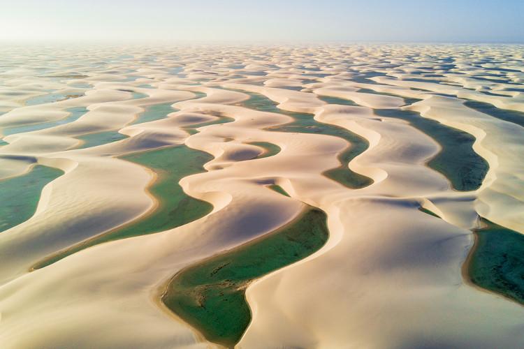 Parque Nacional dos Lençóis Maranhenses. A água que se acumula por entre as dunas tem origem pluvial.