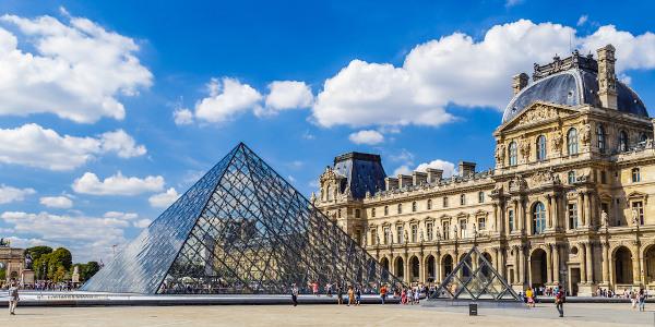 Museus como o Louvre, em Paris, estão entre os principais atrativos turísticos da França.[1]