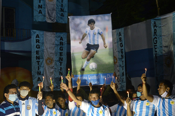 Maradona tem fãs por todas as partes do mundo e é considerado um dos maiores ídolos do futebol. [10]