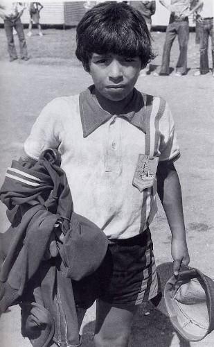 Dieguito, durante a infância, em jogos de futebol amador. [2]