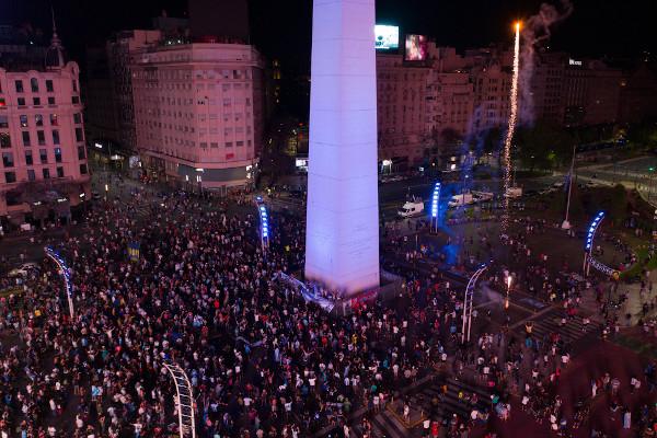 Fãs ocupam o Obelisco, principal ponto de Buenos Aires, para homenagear Diego Maradona. [9]