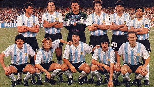 Maradona foi capitão da Copa de 86, levando o título com a seleção e o prêmio de melhor jogador. [5]