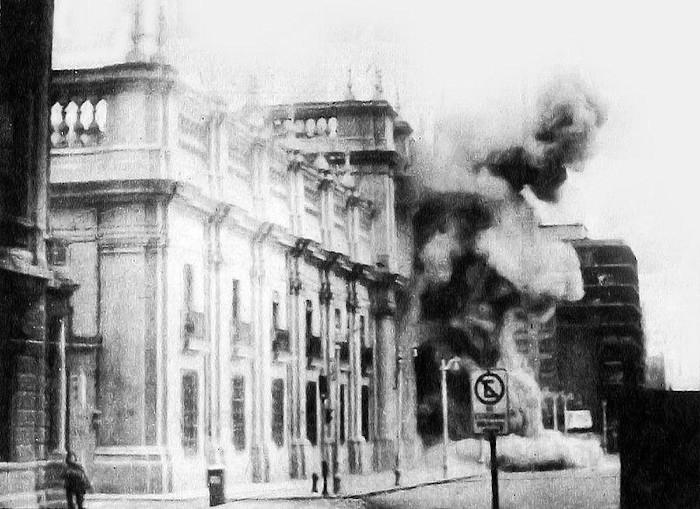 Palácio La Moneda, sede do Poder Executivo do Chile, sendo atacado por tropas em 11 de setembro de 1973. [1]