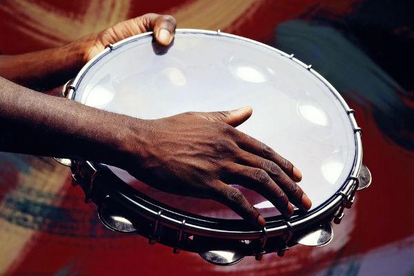 O pandeiro é um dos instrumentos mais importantes na composição de um samba.