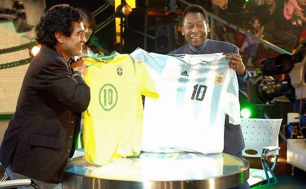 Pelé e Maradona em clima de amizade durante programa de TV. [8]