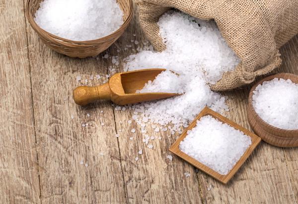 Sal em granulados maiores, podemos ver que se trata de um composto cristalino branco.