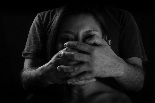 A violência contra a mulher expressa-se de cinco maneiras, são elas: física, psicológica, moral, patrimonial e sexual.