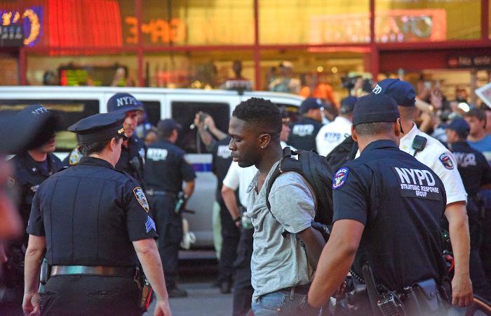 A Consciência Negra discute como o racismo afeta a nossa sociedade. A violência policial, por exemplo, é um reflexo dessa realidade. [1]