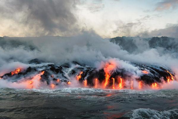 Lavas vulcânicas sendo expelidas na Ilha Grande do Havaí.