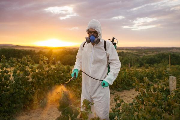 O emprego de agrotóxicos na lavoura é prejudicial tanto à saúde humana quanto ao meio ambiente.