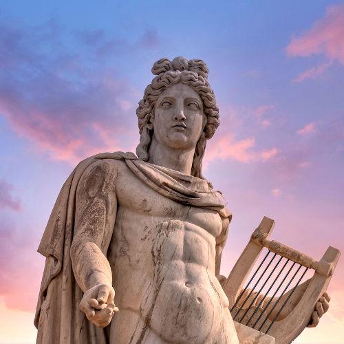 Apolo era um deus grego, considerado patrono da música, das artes, da luz. Era filho de Zeus e Leto e irmão de Ártemis.