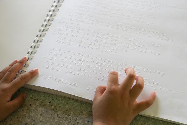 O método desenvolvido por Louis Braille foi trazido para o Brasil na década de 1850.