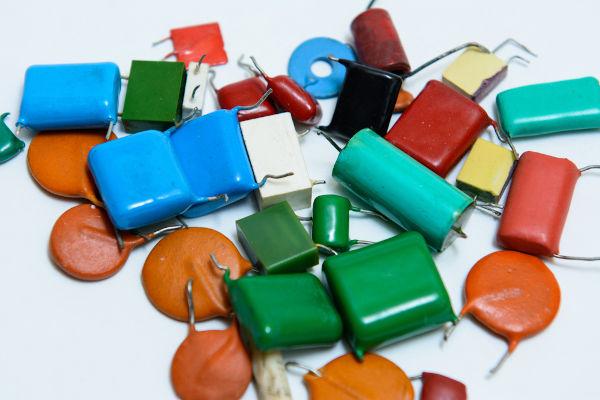 Existem muitos tipos de capacitores, que podem ser associados para obter-se novas capacitâncias.