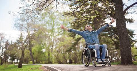 jovem na cadeira de rodas