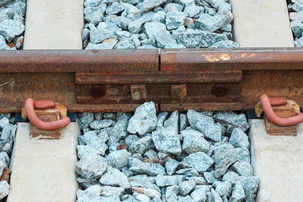 Entre os trilhos dos trens, há juntas feitas para suportar-se a dilatação linear.