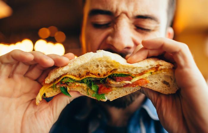 Os seres humanos são animais onívoros, apresentando uma dieta baseada em produtos de origem animal e de origem vegetal.