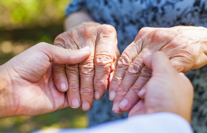 A doença de Parkinson provoca alterações motoras, como tremores, que geralmente se iniciam nas mãos.