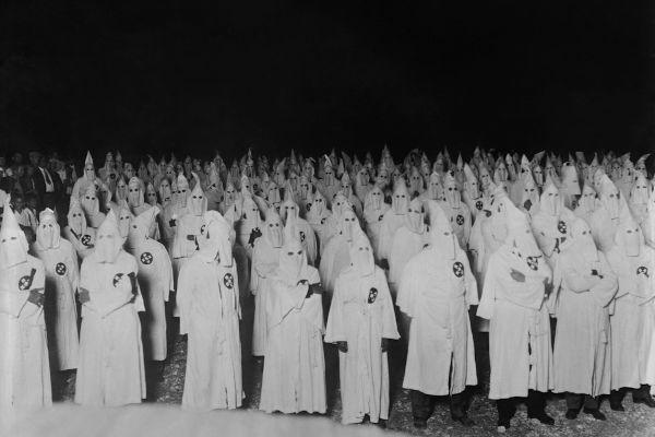 A Ku Klux Klan é uma organização supremacista e terrorista que surgiu no sul dos Estados Unidos, na segunda metade do século XIX.