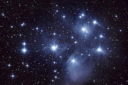 As Plêiades fazem parte de uma grande nebulosa de reflexão.