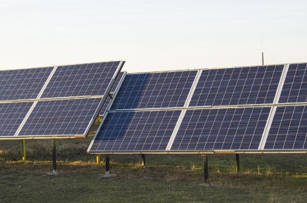 Os painéis solares produzem eletricidade por meio do efeito fotoelétrico.