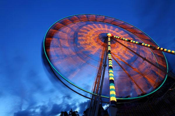 Uma roda-gigante que gira com velocidade constante é um exemplo de aplicação do MCU.