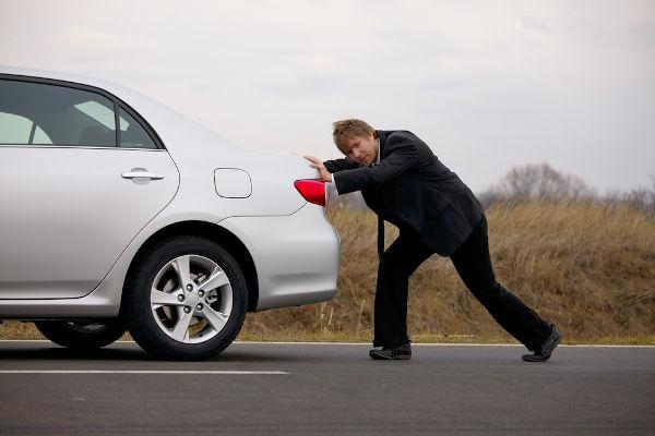 O trabalho realizado sobre o carro equivale à sua variação de energia cinética.