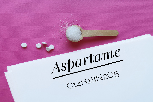 Aspartame é uma substância que contém a função éster em sua molécula e é utilizado para fabricação de adoçantes.