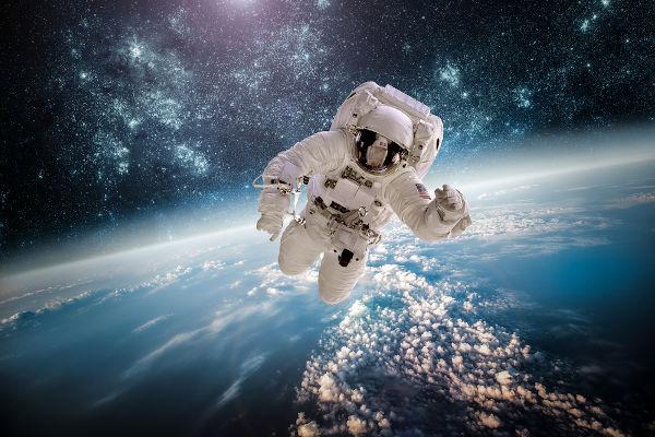 Mesmo distante da Terra, o astronauta ainda é atraído pela força peso.