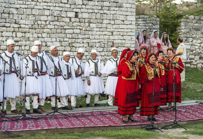 A cidade de Berat celebra anualmente o seu Festival de Música, que acontece no famoso castelo ou fortaleza de Berat. [2]