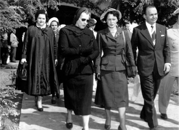 Bertha Lutz (usando óculos escuros) foi uma das grandes expoentes do movimento sufragista no Brasil.[1]