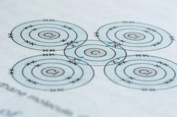 A estrutura de Lewis é usada para representar as ligações químicas estabelecidas entre os átomos.