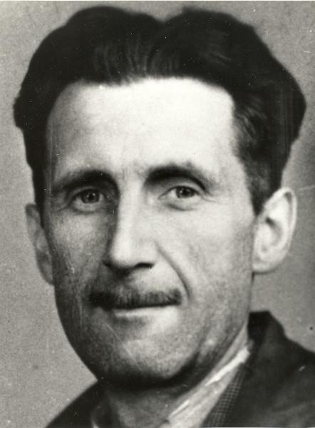 Permeada por uma criticidade aguçada, a obra de George Orwell mantém-se atual ao denunciar o autoritarismo de qualquer viés ideológico.