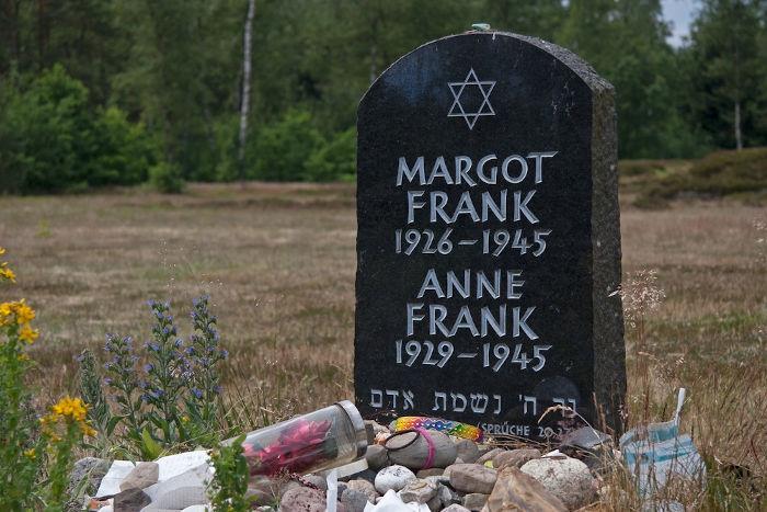 Lápide simbólica de Anne e Margot Frank no Memorial Bergen-Belsen, na Alemanha.