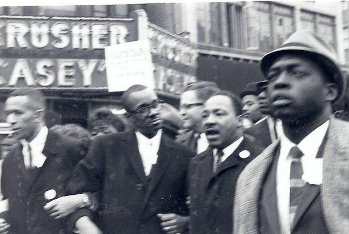 Martin Luther King participando de manifestações pacíficas contra o racismo. [1]