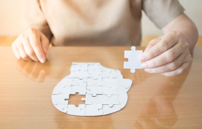 Na doença de Alzheimer, observa-se o comprometimento da memória.