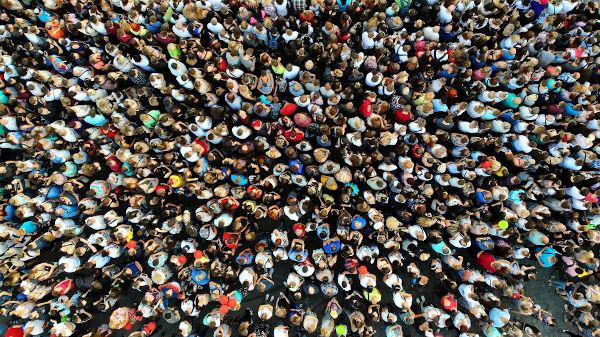 A população mundial atual é de 7,8 milhões de habitantes e segue um ritmo lento de crescimento.