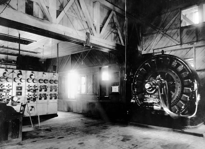 O uso de eletricidade foi uma das inovações desse período. Na imagem, o primeiro gerador elétrico, construído por Nikola Tesla e George Westinghouse.
