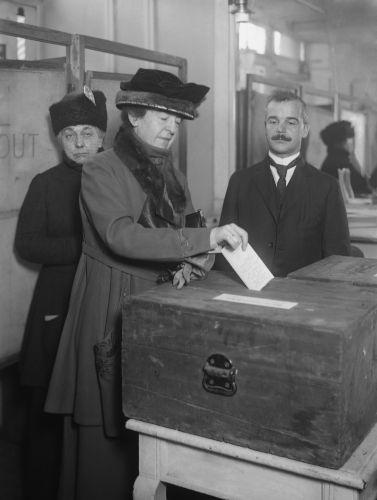O movimento sufragista lutava pelo direito das mulheres poderem votar. No Brasil esse movimento surgiu no final do século XIX.