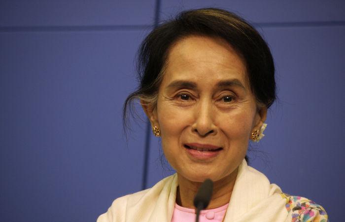 Aung San Suu Kyi é a líder da NDL e era uma das lideranças do governo em Mianmar. Foi presa com o golpe de fevereiro de 2021.[1]