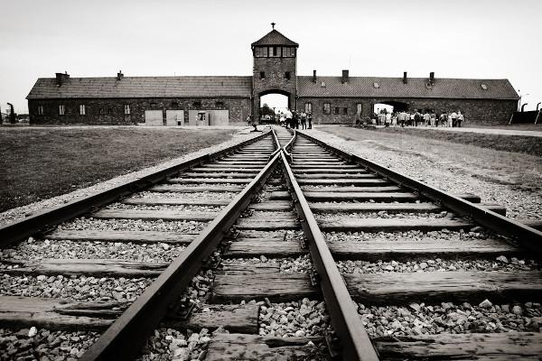 Campo de Auschwitz, o cenário de parte de um dos genocídios mais conhecidos da história, o Holocausto.