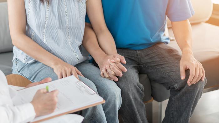 Ao diagnosticar-se uma IST, é fundamental que um médico seja consultado e o parceiro sexual seja comunicado.