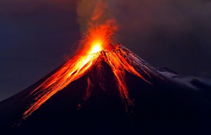 Em atividades vulcânicas, há liberação do gás dióxido de enxofre.