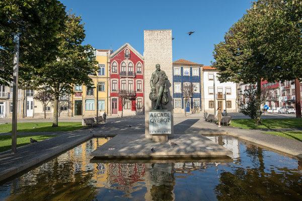Estátua de Eça de Queirós na cidade portuguesa em que o escritor nasceu. [1]