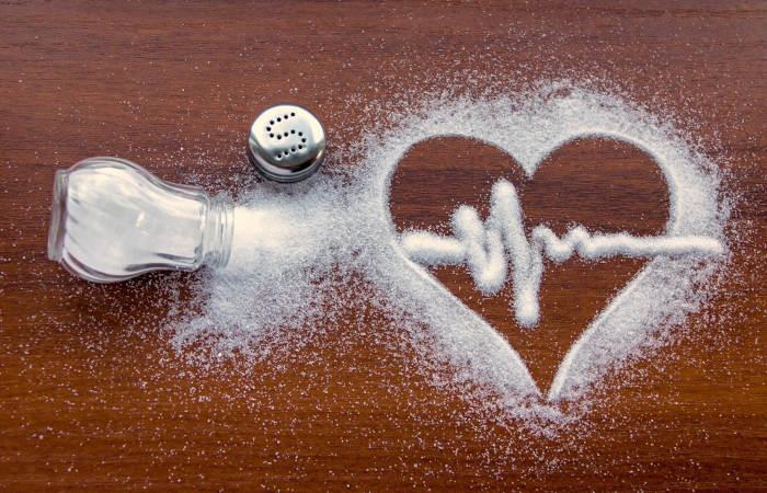 O excesso de sal na alimentação leva ao aumento da pressão arterial.